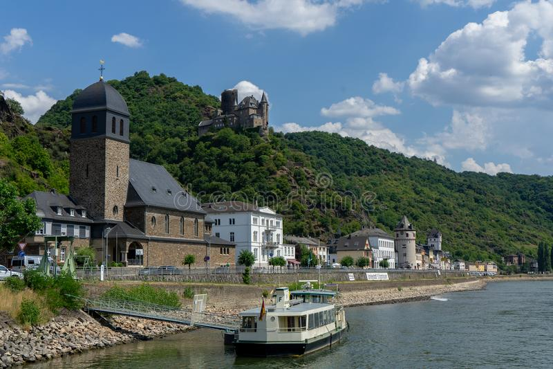 Взгляд от немецкого St Goarhausen деревни с замком вызвал Katz стоковые изображения