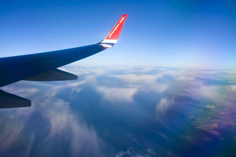 Взгляд от норвежского окна самолета с голубым небом и белыми облаками 08 07 2017 Palma de Mallorca, Испания стоковая фотография