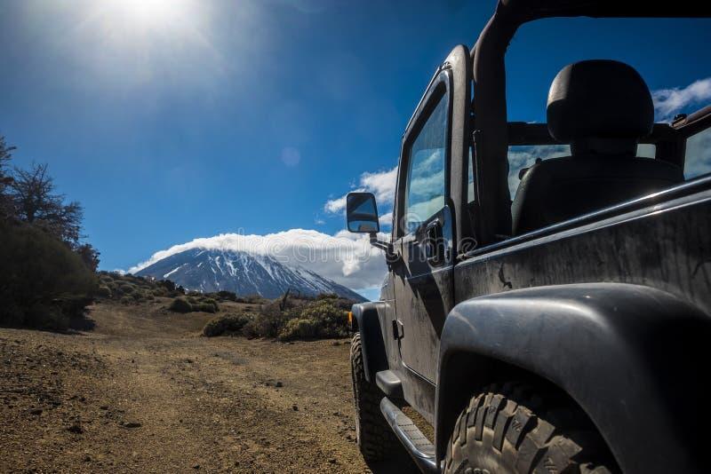 Взгляд от открытого с автомобиля дороги для длинного пути в пустыне стоковое фото rf