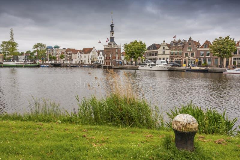 Взгляд от противоположного банка канала города Алкмара Нидерландская Голландия стоковая фотография rf