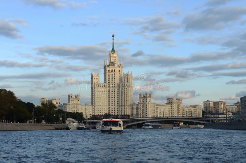 Взгляд от реки Москвы к многоэтажному зданию на обваловке Kotelnicheskaya стоковое фото