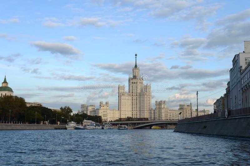 Взгляд от реки Москвы к многоэтажному зданию на обваловке Kotelnicheskaya стоковые фотографии rf