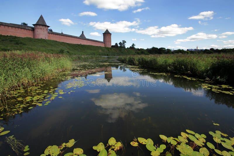 Взгляд от реки Kamenka к монастырю в честь святого монаха Evfimiya монастыря Suzdal Spaso-Evfimievsky стоковые изображения rf