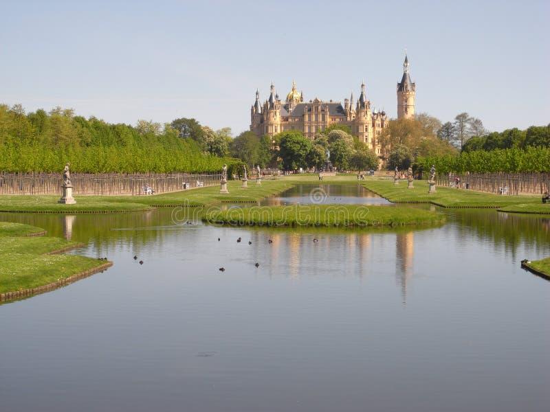 Взгляд от сада замка к замку в Шверине стоковые изображения