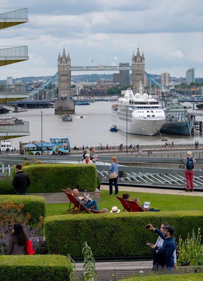 Взгляд от сада крыши моста карамболя, Лондона Великобритании, над садом крыши награды выигрывая PLC Nomura международного, и Темз стоковые изображения rf