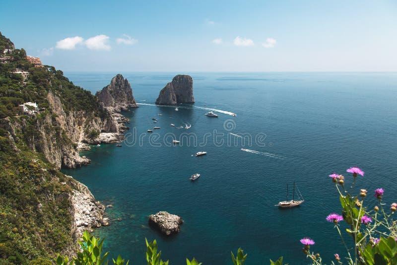 Взгляд от садов Augustus на побережье Капри и утесах Faraglioni Италия стоковые фотографии rf