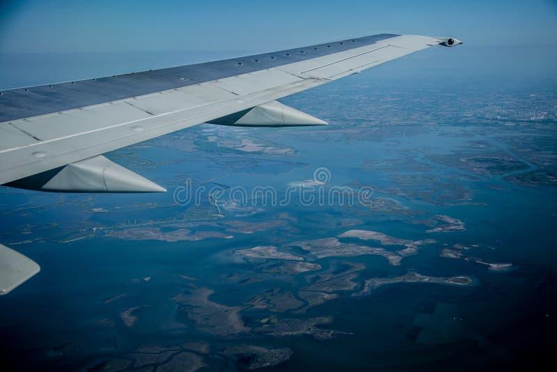Взгляд от самолета к болотистым местам стоковое изображение