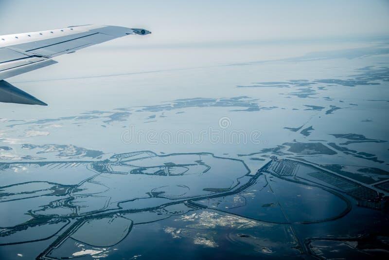 Взгляд от самолета к болотистым местам стоковая фотография