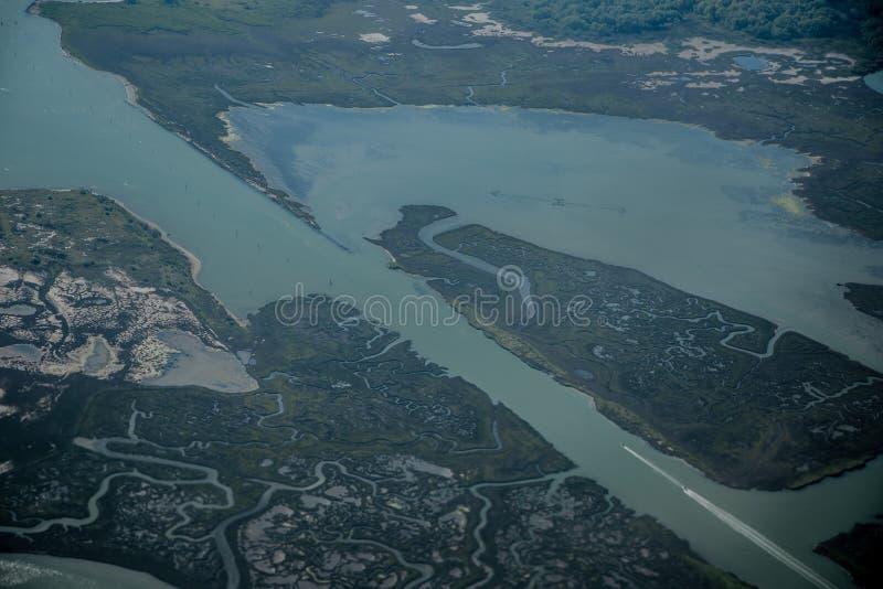 Взгляд от самолета к болотистым местам стоковое фото rf