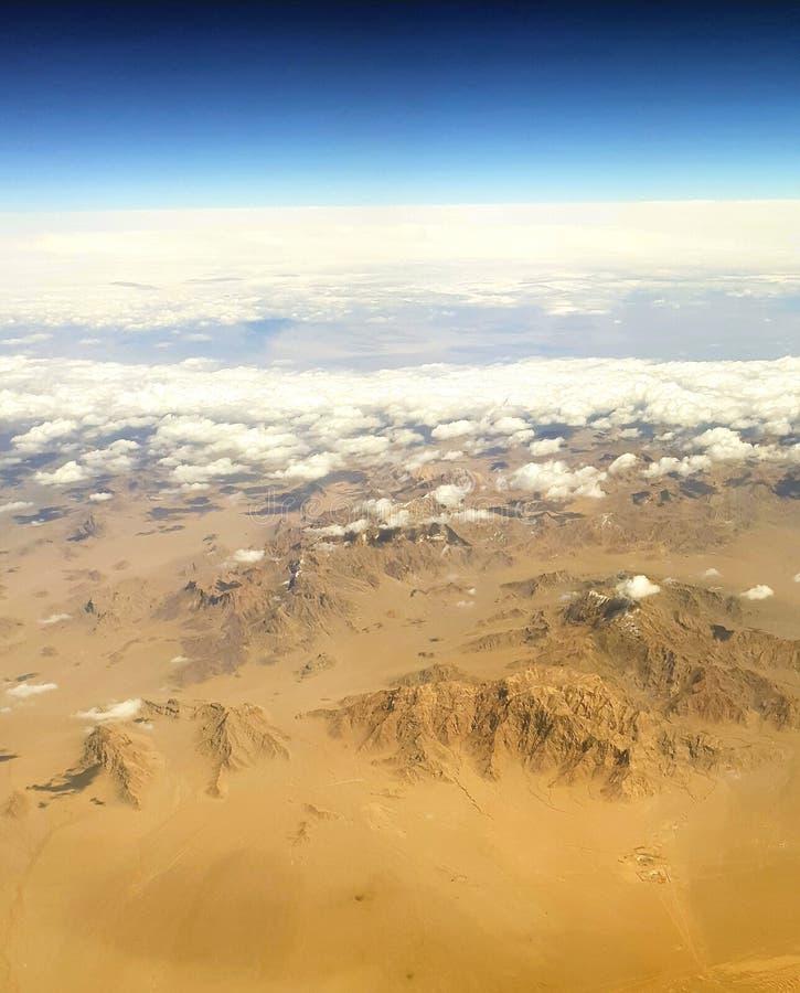 Взгляд от самолета к горам стоковое фото rf