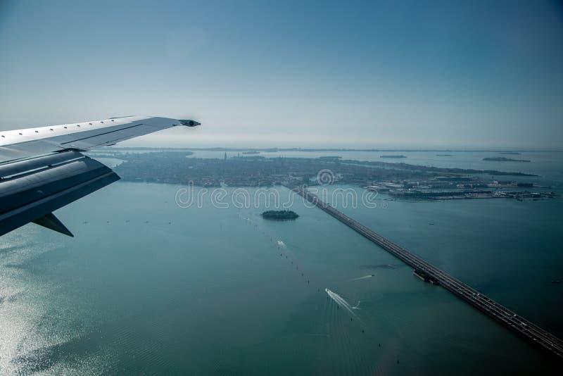 Взгляд от самолета к мосту стоковые изображения