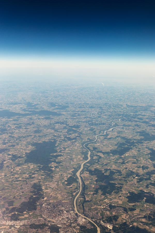 Взгляд от самолета к небу над горами Альпов bluets стоковые изображения