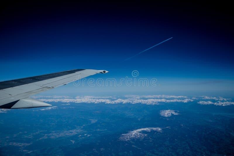 Взгляд от самолета на горах и облаках стоковое изображение rf