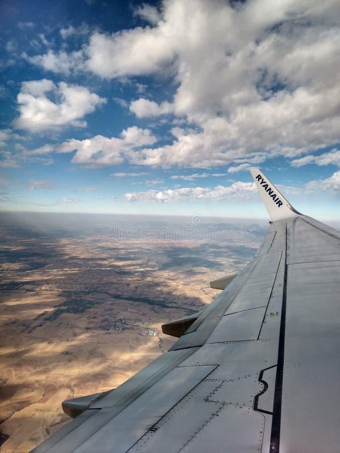 Взгляд от самолета Ryanair стоковое изображение