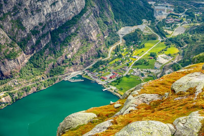 Взгляд от следа Kjerag к деревне Lyseboth норвежской расположенной в конце Lysefjord, муниципалитета Forsand, графства Rogaland, стоковое фото rf
