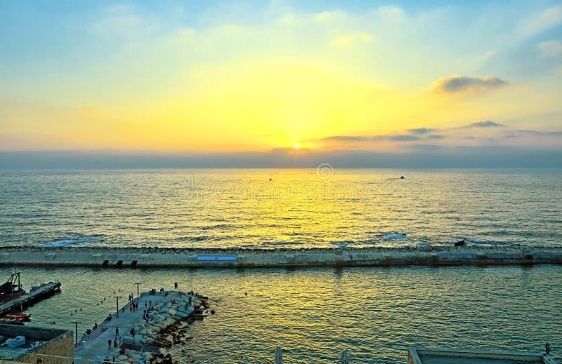 Взгляд от старой Яффы к морскому порту на заходе солнца стоковое фото