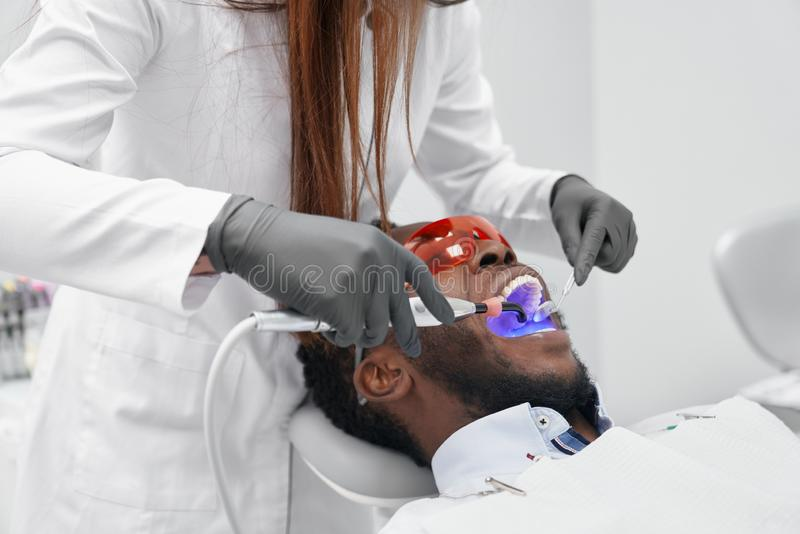Взгляд от стороны женского доктора в процессе делать завалку стоковая фотография