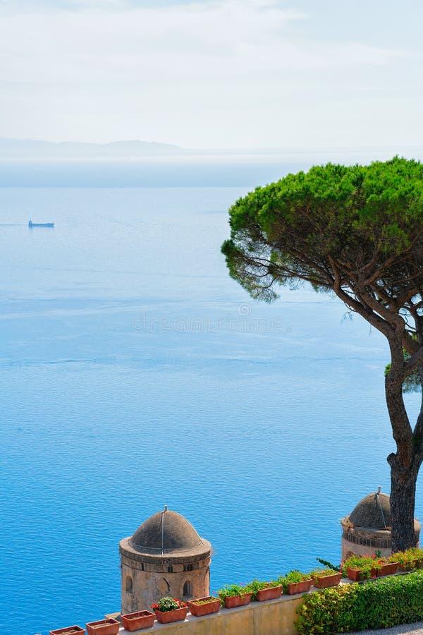 Взгляд от террасы к Tyrrhenian морю в деревне Ravello стоковая фотография