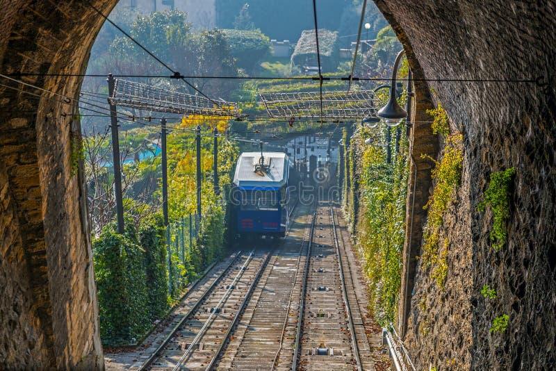 Взгляд от тоннеля на свете утра с канатной железной дорогой в Citt стоковое изображение rf