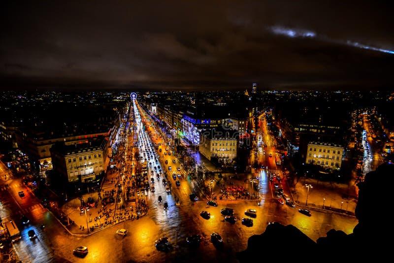 взгляд от Триумфальной Арки вечером, фото отображает красивый панорамный вид города Парижа столичного стоковые изображения