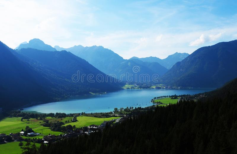 Взгляд от фуникулера Rofan вниз к Tyrolean Achensee стоковые изображения rf