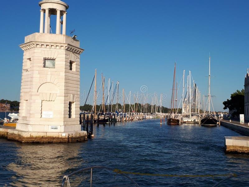 взгляд от шлюпки к пристани в Венеции стоковая фотография