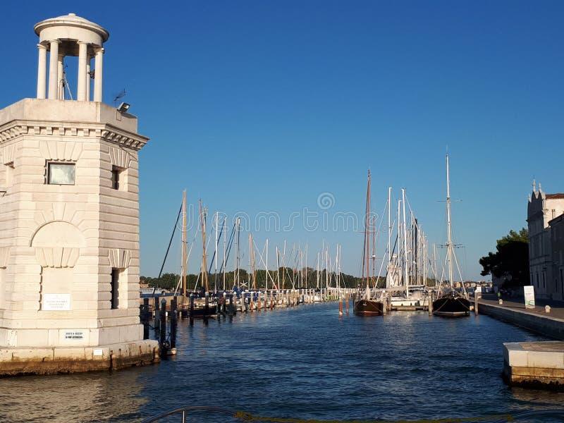 взгляд от шлюпки к пристани в Венеции стоковые изображения rf
