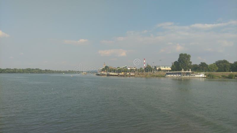 Взгляд от шлюпки на пляже города стоковые изображения