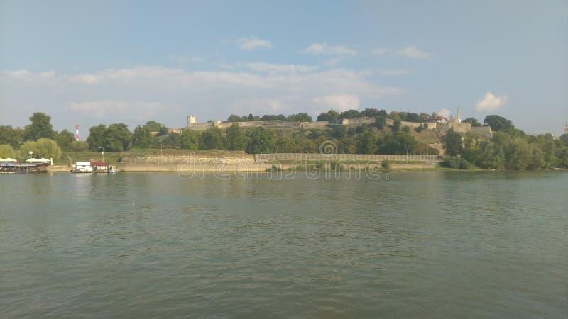 Взгляд от шлюпки на пляже города стоковое изображение