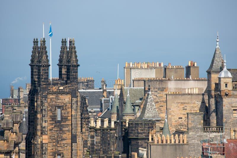 Взгляд от шотландского замка Эдинбурга на городе горизонта старом средневековом стоковые изображения