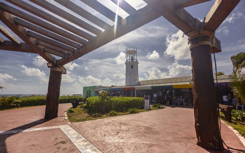 Взгляд от afar маяка Isla Mujeres стоковая фотография rf