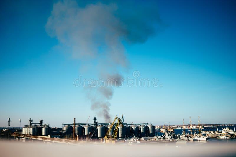Взгляд от afar промышленного порта стоковые изображения rf