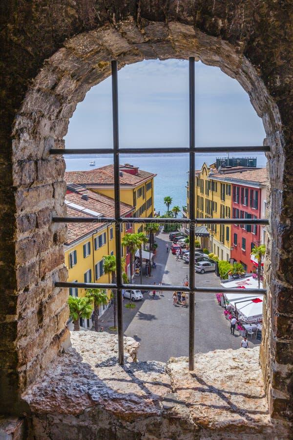 Взгляд от castello Scaligero на старой части Sirmione на озере Garda стоковые изображения