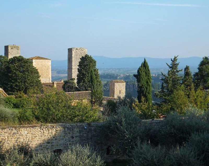 Взгляд от della Rocca Parco в San Gimignano, Италии, некоторых из башен city's стоковые фото