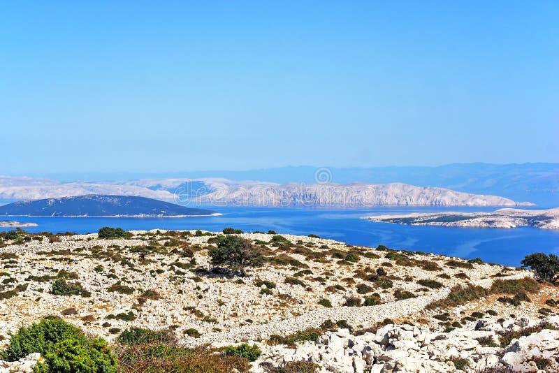 Взгляд от mountan Kamenjak острова Rab к Адриатическому морю с различными хорватскими островами стоковое изображение