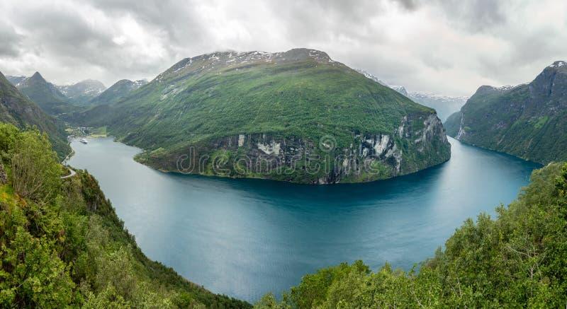 Взгляд от Ornevegen к фьорду Geiranger, Geiranger, Sunnmore, графства Romsdal, западной Норвегии стоковые изображения rf
