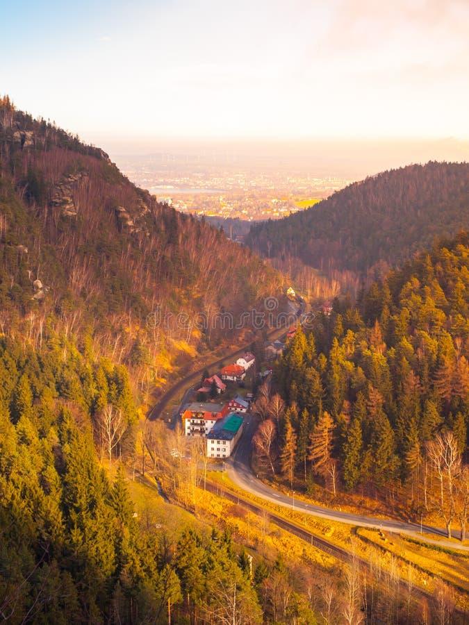 Взгляд от Oybin к Zittau Красивая долина с железнодорожным путем Германия стоковое изображение rf