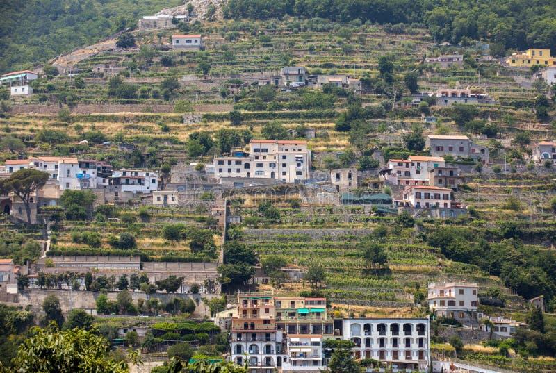Взгляд от Ravello на деревне Scala, побережья Амальфи стоковые фото