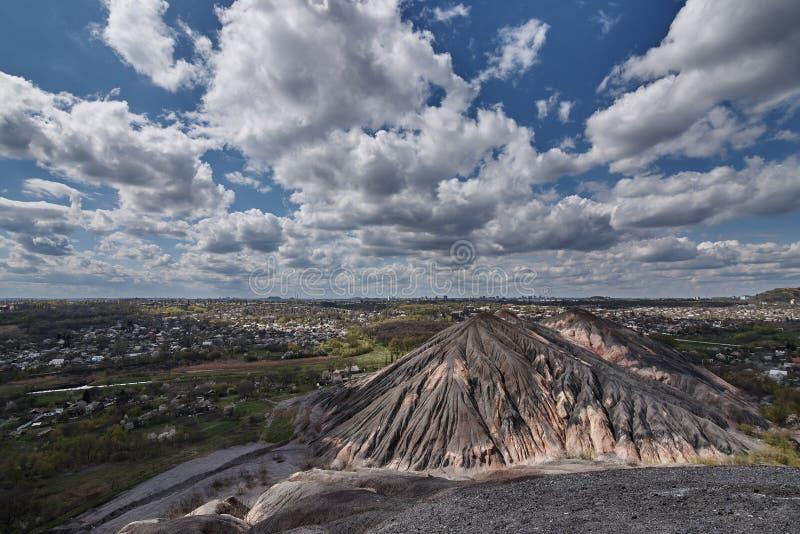 Взгляд от slagheap на городе и голубом небе стоковые изображения rf