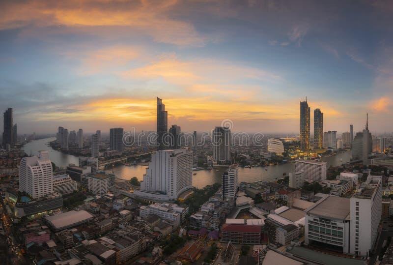 Взгляд офисных зданий Бангкока современных с рекой Chaophraya в заходе солнца стоковое изображение rf