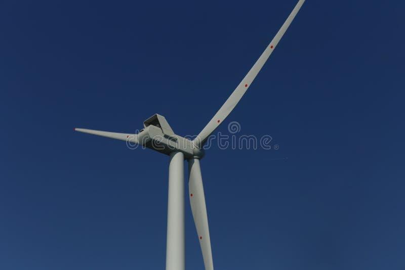 Взгляд оффшорных ветрянок windfarm Rampion с побережья Брайтона, Сассекс, Великобритании стоковые изображения