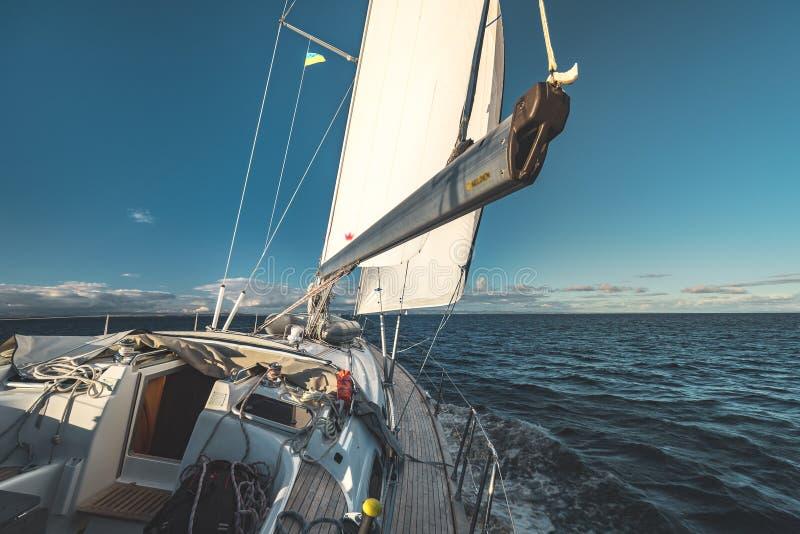 Взгляд палубы конца-вверх яхта sailing Ирландия стоковое изображение rf