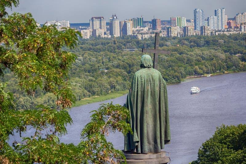 Взгляд памятника Владимир баптист и пешеходный мост в Киеве стоковые фотографии rf