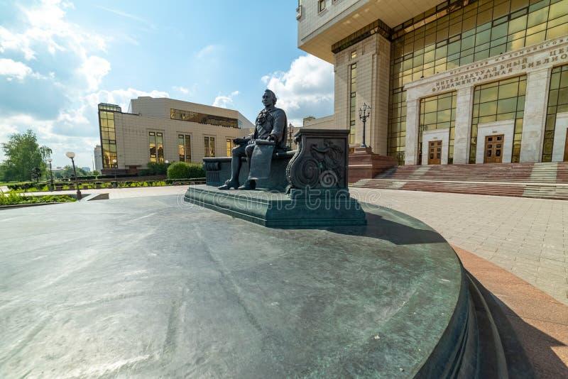 Взгляд памятника Mikhail Lomonosov Научная библиотека государственного университета Lomonosov Москвы стоковое фото
