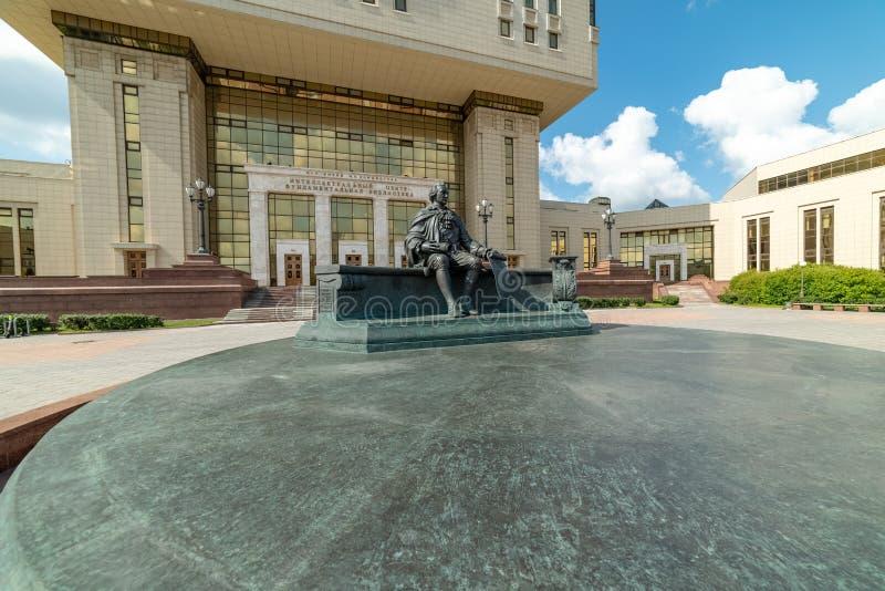 Взгляд памятника Mikhail Lomonosov Научная библиотека государственного университета Lomonosov Москвы стоковые фотографии rf