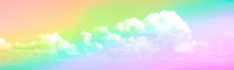 Взгляд панорамы белых мягких пушистых облаков и неба радуги стоковая фотография rf