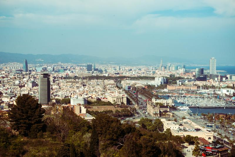 Взгляд панорамы горизонта города Барселоны и на времени сумрака, Испании стоковое фото rf