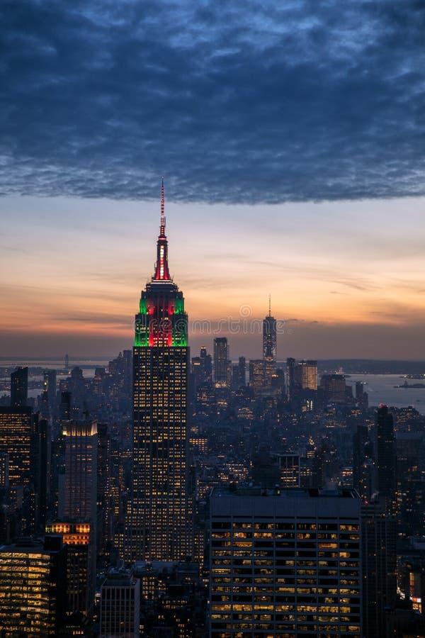 Взгляд панорамы горизонта Нью-Йорка воздушный на ноче с временами стоковая фотография rf