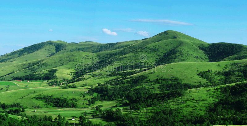 взгляд панорамы зеленого холма стоковое изображение rf