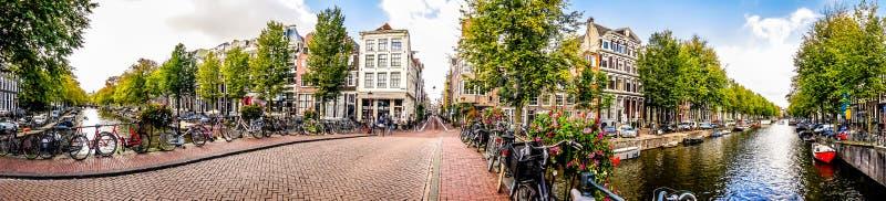 Взгляд панорамы канала Herengracht в Амстердаме в Голландии стоковая фотография
